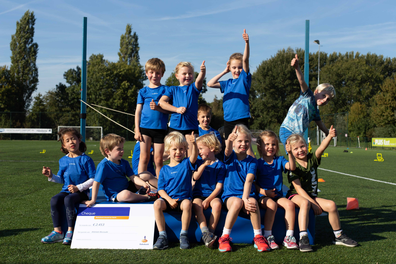 Kinderen zijn blij met de nieuwe hoogspringmat